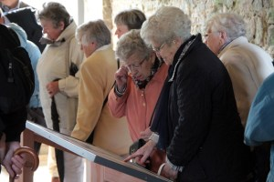 In der Ausstellung wurden manche Erinnerungen geweckt. Bild: Michael Thalken/Eifeler Presse Agentur/epa