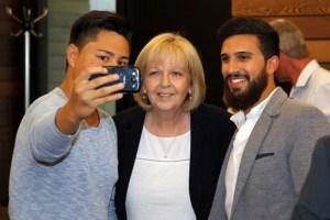 Selfie mit Ministerpräsidentin: Hannelore Kraft nahm sich auch Zeit für Erinnerungsaufnahmen. Foto: S. Vanselow / Kreismedienzentrum