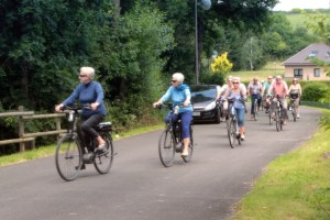 Tausende Radfahrer waren – wie hier in Stadtkyll - am Sonntag auf dem Kyllradweg unterwegs. Bild: Michael Thalken/Eifeler Presse Agentur/epa