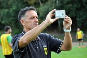 Betreute die Bundeswehr-Mannschaft: Landesliga-Trainer Achim Züll vom SV Nierfeld hielt das Geschehen mit seiner Handykamera fest. Foto: Reiner Züll