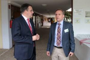 Udo Becker (links) informierte sich bei Walter Bornemann vom Förderkreis der Veytalschule über den aktuellen Stand der Schule. Bild: Michael Thalken/Eifeler Presse Agentur/epa
