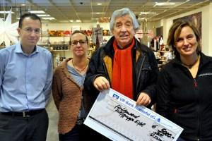 inen Spende über 5000 Euro konnte Hilfsgruppen-Vorsitzender Willi Greuel von Firmenchef Andreas Brucker (links) entgegen nehmen. Foto: Reiner Züll