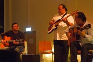 Mit kurzen Blicken verständigten sich die Musiker Jermaine (v.l.), Sascha und Mike Reinhardt. Bild: Tameer Gunnar Eden/Eifeler Presse Agentur/epa