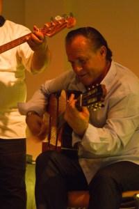 Virtuose Fingerfertigkeit zeigte Mike Reinhardt an der Spanischen Gitarre. Bild: Tameer Gunnar Eden/Eifeler Presse Agentur/epa