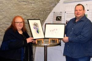 Galeristin Marita Rauchberger und Kassierer Wilfried Gierden freuen sich über die Unterstützung durch die Bürgerstiftung Schleiden. Bild: Stadt Schleiden