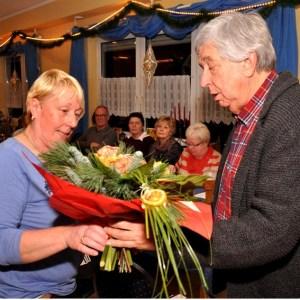 Willi Greuel überreicht Helene Kronenberg einen Blumenstrauß. Foto: Reiner Züll