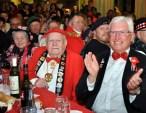 Bürgermeister Herbert Radermacher mit dem Löste-Bröder-Ehrenmitglied Willi Hermanns und dessen Ehefrau Fine, die seit genau 50 Jahren Schneiderin des Vereins ist. Foto: Reiner Züll