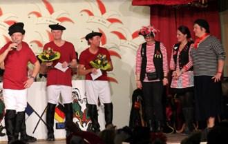 """Das Männerballett """"Federwölkchen"""" eroberte als Franzosen verkleidet die Bühne. Foto: Reiner Züll"""