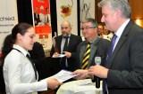 DEHOGA-Geschäftsführer Christoph Becker beglückwünscht Christine Derkum (Arena Düren) zum Wettbewerbssieg bei den Restaurantfachkräften. Foto: Reiner Züll