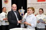 Köche-Siegerin Kathrin Drehsen bekommt von Thomas Weinard den begehrten Handelshof-Pokal überreicht. Sie gewann zudem den Hygienepreis und auch noch den Wanderpokal der Kreissparkasse für die beste praktische Leistung. Foto: Reiner Züll