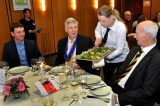"""Getränke-Sponsor Marc Baum, Ex-Innenminister Dr. Ingo Wolf und VSR-Ehrenvorsitzender Gerhard Ridder (von links) schauen """"Refa"""" Anja Brandt beim Service am Tisch zu. Foto: Reiner Züll"""