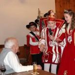 Über 70 Jahre Altersunterschied: Das Kinderprinzenpaar Leon I. und Lena I. brachte Willi Hermanns ein Ständchen. Foto: LB