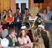 In goldenem Barockkleid begeisterte Regina Red das Publikuum in Kall. Foto. Reiner Züll