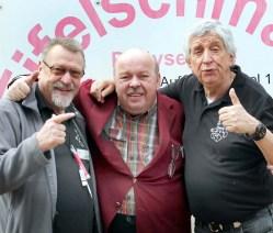 """Oscar Dee vom Oldie-Sender """"Radio 700"""" mit Reiner Züll (liinks) und Willi Greuel (rechts) von der Hilfsgruppe Eifel. Foto: Reiner Züll"""