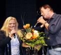 Einen Blumenstrauß überreichte Moderator Tom Sauer an die Pussycat-Frontfrau Toni Willé. Foto: Reiner Züll