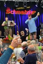 Besuch des Frühlingsfestes der Schmalzler vom 5. bis 7. Mai in Hohenau. Hilfsgruppe übergab Scheck in Höhe von 5000 Euro an die Kinderklinik Passau. Foto: Reiner Züll