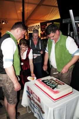 Karl Wirkert (links) und Max Fenzl schneiden eine Torte an, die den Schmalzlern zum 30-jährigen Bühnenjubiläum geschenkt wurde. Foto: Reiner Züll