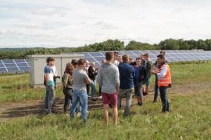 """Der Experte für Sonnenenergie bei der """"ene"""", Alexander Böhmer, erklärte den jungen Leuten, wie ein Solarpark funktioniert. Bild: Michael Thalken/Eifeler Presse Agentur/epa"""