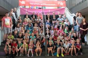 Die Ferienkinder, ihre Betreuer und Sponsoren stellten sich zum großen Gruppenbild auf. Bild: Michael Thalken/Eifeler Presse Agentur/epa