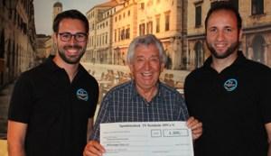 Lutz Dreesbach (links) und Christos Karamouzas vom TV Stotzheim übergaben dem Hilfsgruppen-Vorsitzenden Willi Greuel (Mitte) eine Spende von 1300 Euro. Foto: Reiner Züll