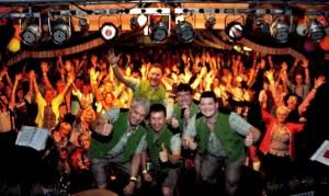 Posierten mit dem Lorbacher Publikum fürs Gruppenfoto: Die Schmalzler aus dem Bayerischen Wald. Foto: Reiner Züll