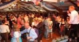 """Das Publikum zeigte sich beim Oktoberfest rechts tanzfreudig, als Entertainer Julian Heldt """"kölsche Tön"""" anschlug. Foto: Reiner Züll"""
