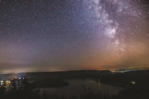 Besonders die Milchstraße über dem Rursee ist ein Hingucker. Bild: Andy Holz