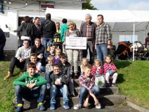 Anlässlich des Erntedankfestes in Rupperath nahmen Kathi und Willi Greuel den Scheck über 725 Euro entgegen. Foto: privat