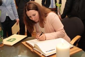 Alle Studierenden durften sich in das Goldene Buch der Stadt Schleiden eintragen. Bild: Michael Thalken/Eifeler Presse Agentur/epa