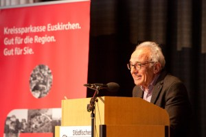 """Dr. Reinhold Weitz ordnete das Buch """"Abgang durch Tod"""" nicht nur in den Kontext der Forschungsliteratur zum Dritten Reich ein, sondern stellte auch erste Überlegungen zu einer angemessenen Erinnerungskultur an. Bild: Tameer Gunnar Eden/Eifeler Presse Agentur/epa"""