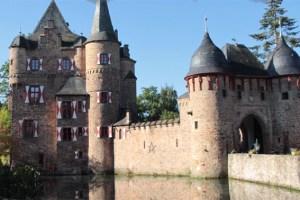 Burg Satzvey ist eine der zahlreichen Burgen auf der Wasserburgenroute. Bild: Michael Thalken/Eifeler Presse Agentur/epa
