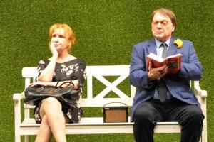 """Die """"Winterrose"""" (Verena Wengler) beobachtet ihre Rendevouzpartner von einer Parkbank aus. Der Rentner Anton fühlt sich von ihr beim Lesen gestört. Bild: Kerstin Brandt"""