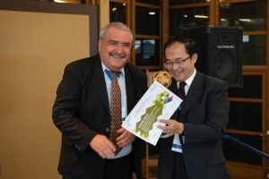 AVICOM Präsident Janos Tari überreicht den Sonderpreis an Jiang Hu. Bild: Hans-Theo Gerhards/LVR
