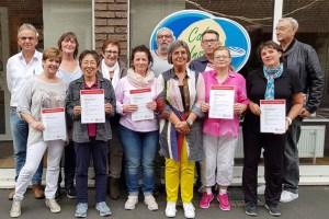 Silvia Krüger (3.v.l. Caritas Euskirchen) präsentierte stolz die die elf gerade zertifizierten Demenzhelferinnen und Helfer. Bild: Carsten Düppengießer