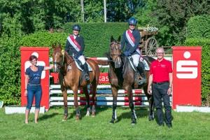KSK-Vorstandsmitglied Holger Glück (v.r.) nahm die Siegerehrung der neuen Kreismeister in der Vielseitigkeit vor: Anke Aigner-Bolten und Stefanie Timm. Foto: Ingo von Knobloch (www.ivk-foto.de)