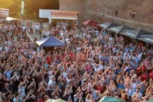 1500 Besucherinnen und Besucher zeigten sich textsicher und sangesfreudig. Bild: Michael Thalken/Eifeler Presse Agentur/epa
