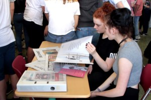 Der Projektkurs hat auch zahlreiche Dokumente zusammengetragen, die einen tieferen Einblick in die Flüchtlingsarbeit gewähren. Bild: Michael Thalken/Eifeler Presse Agentur/epa