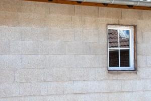 Asbestaltlasten findet man oft auch in Fassadenverkleidungen. Symbolbild: Tameer Gunnar Eden/Eifeler Presse Agentur/epa
