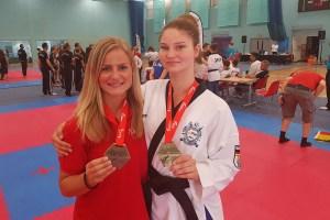 Die Kampfsportlerinnen Jessica Rau (v.l.) und Tessa Ternes waren beim Taekwondo-Turnier in London erfolgreich: Jeweils Gold in der Teamwertung. Foto: Taekwondo Club Schleiden
