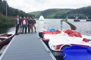 Bürgermeister und Verbandsvorsteher Jan Lembach mit den Partnern auf dem neuen Bootssteg am Kronenburger See. Bild: Gemeinde Dahlem