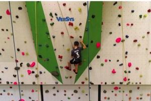 Gleich acht bis zu 7,50 Meter hohe Kletterlinien von senkrecht bis überhängend in verschiedenen Schwierigkeitsgraden stehen für die jungen Leute im Sportunterricht zur Verfügung. Bild: Michael Thalken/Eifeler Presse Agentur/epa