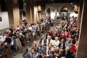 In der Stiftskirche waren alle Bänke besetzt, es mussten noch zusätzlich Stühle aufgestellt werden. Bild: Michael Thalken/Eifeler Presse Agentur/epa