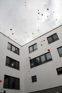 Zum Abschluss ließen die Kinder ihre Ballons mit guten Wünschen in den Himmel über ihrer neuen Kita steigen. Bild: Michael Thalken/Eifeler Presse Agentur/epa