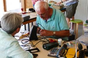 Am 21. September helfen fachkundige Helfer bei der Reparatur von Haushaltsgegenständen. Bild: LVR-Freilichtmuseum Kommern