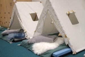 In diesen Zelten dürfen die Kleinsten am Mittag ein Nickerchen machen und sich dabei wie auf einer spannenden Abenteuerreise fühlen. Bild: Michael Thalken/Eifeler Presse Agentur/epa