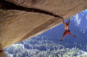 """Bergfotograf Heinz Zak ist selbst Ausnahmekletterer: Hier bei seinem seilfreien Durchstieg von """"Separate Reality"""" in 200 Meter Höhe im Yosemite-Nationalpark. Foto: Archiv Heinz Zak"""