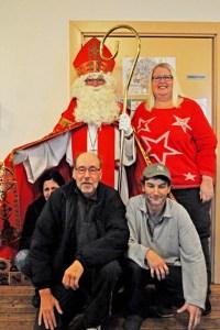 Nikolaus Heribert Winter, hier mit Annette Schuster, besuchte auch Gäste der Wohnungslosenhilfe. Bild: Carsten Düppengießer