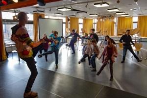 Immer in Bewegung ist Choreograph Lucas Theisen (links), um seine Schützlinge zu motivieren. Bild: Tameer Gunnar Eden/Eifeler Presse Agentur/epa