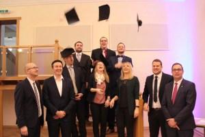 Große Freude herrschte bei den Bachelor-Absolventinnen und Absolventen nach der Zeugnisübergabe im Schleidener Rathaus. Bild: Michael Thalken/Eifeler Presse Agentur/epa