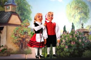 Hänneschen und Bärbelchen besuchen den Jahrmarkt anno dazumal im LVR-Freilichtmuseum. Bild: Hänneschen Theater – Puppenspiele der Stadt Köln
